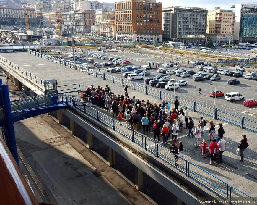 5-ый День — Неаполь. Вечером собралась очередь из пассажиров на посадку. Так обычно бывает, когда возвращается  одновременно несколько экскурсионных автобусов. .