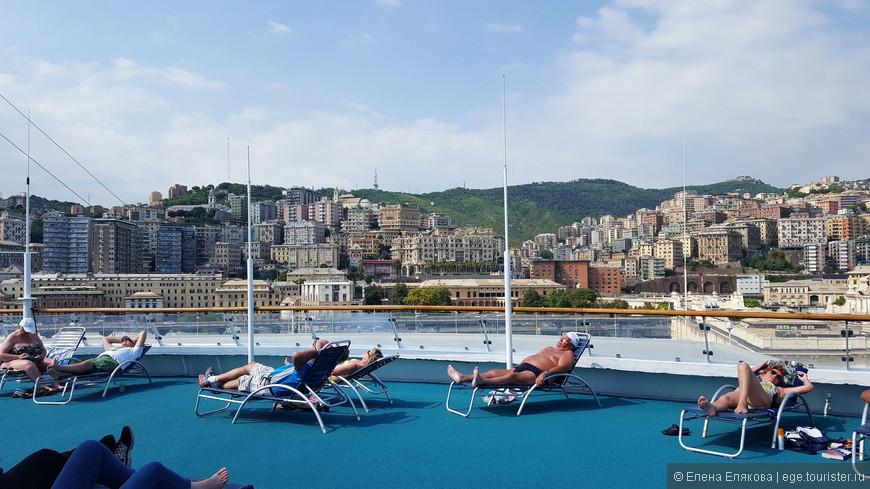 В Неаполе был первый по настоящему теплый день круиза. Еще до отплытия в Чивитавеккья на верхней палубе много загорающих