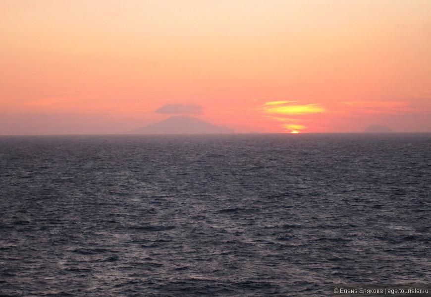 На 4-ый день круиза (после Мессины) по левому борту судна был вулкан Стромболи, который все фотографировали.