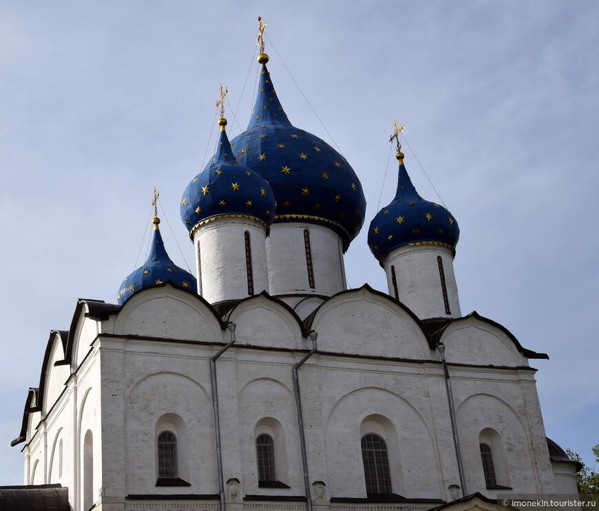 Заложен в XII веке. Первоначально трехглавый собор ныне пятиглавый.