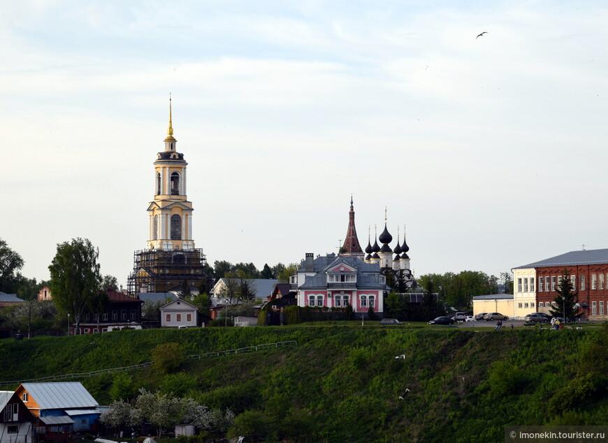 На желтую часовню можно подняться за 100 руб)