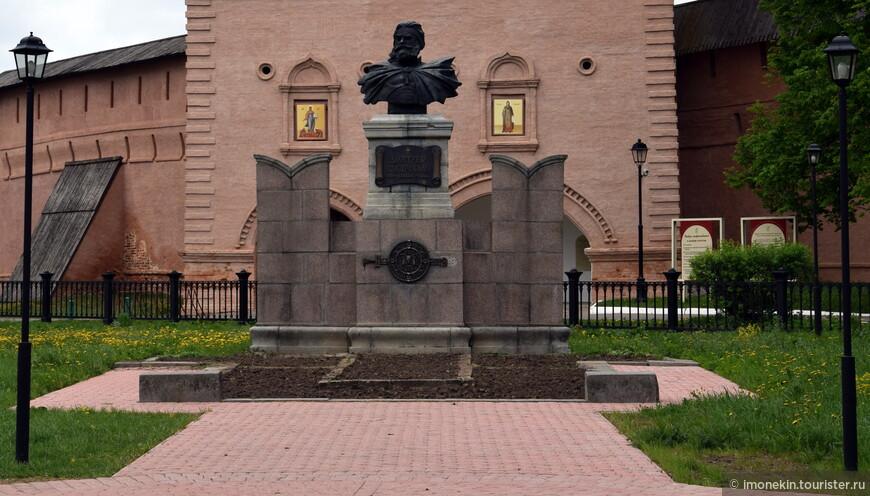 Памятник Д. Пожарскому у Спасо-Евфимиева монастыря