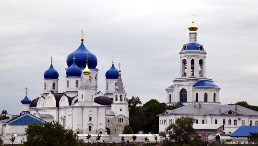 Доехали мы и до Боголюбово, ради посещения храма Покрова на Нерли, что совсем рядом с Владимиром. На фото Боголюбский монастырь Рождества Богородицы.