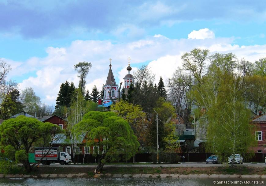 Сейчас на Ильинскую церковь лучше всего любоваться с берега Келарского пруда