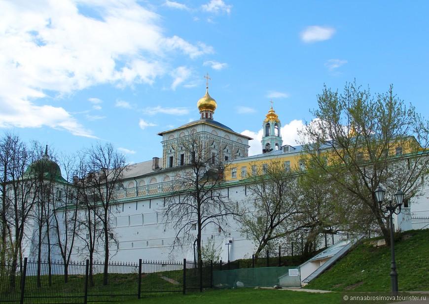 Видны Трапезная церковь и монастырская колокольня