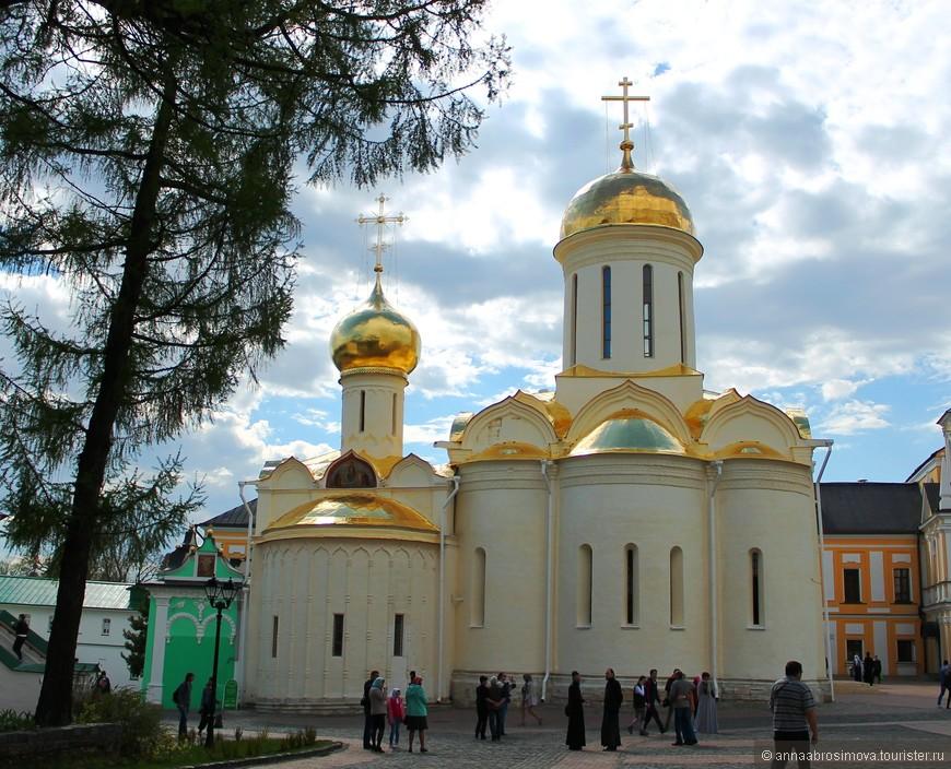 Троицкий собор. Здесь покоятся мощи Сергия Радонежского и когда-то хранилась Троица Андрея Рублева.