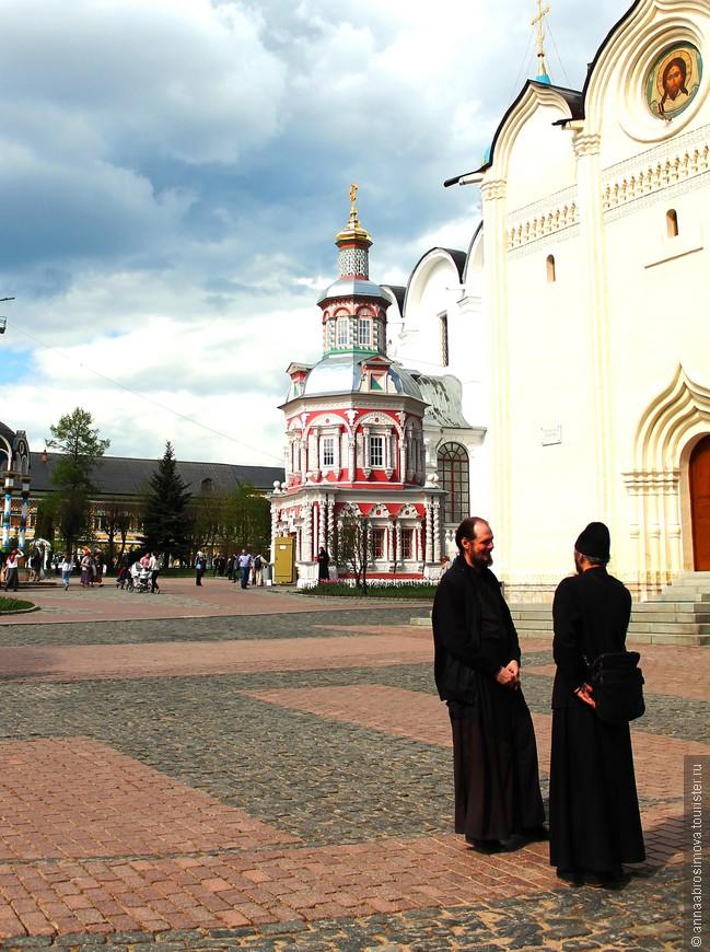 Монахи не могут укрыться от всевидящего ока фотоаппарата. По моему, они уже давно не обращают внимания на бесконечные толпы туристов и паломников.