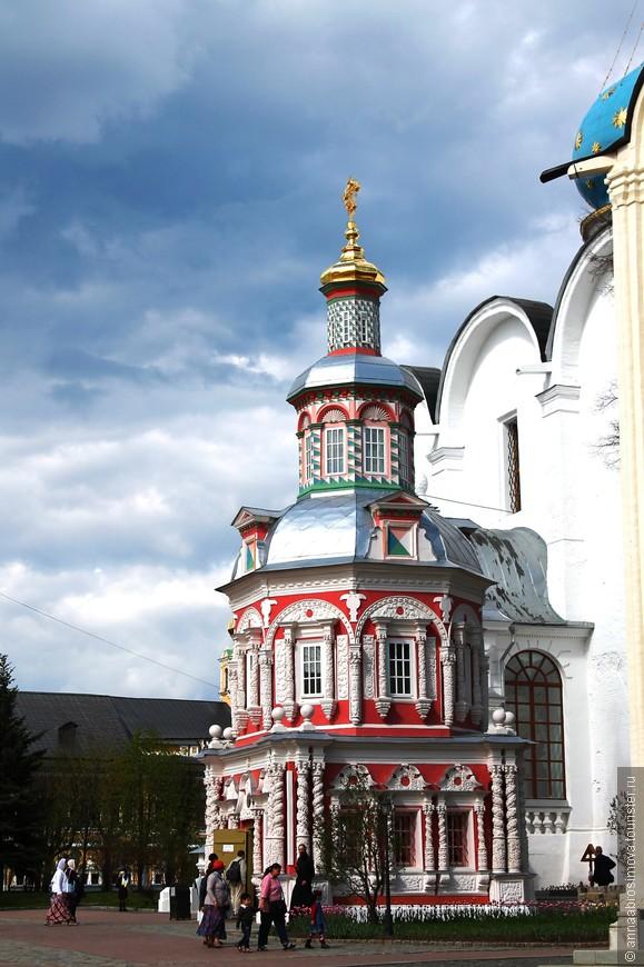 Очень люблю эту миниатюрную часовню, прижавшуюся к Успенскому собору