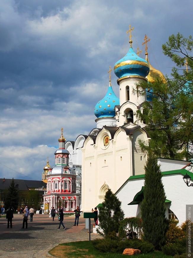 Великан Успенский собор и миниатюрная нарядная часовня