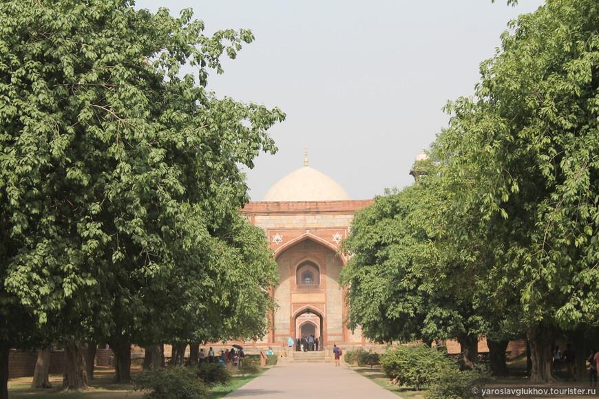 По очень приятной аллее наш путь лежит ко входу на территорию мавзолея Хумаюна.