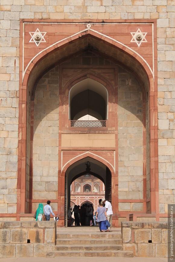 Детали ворот. Обратите внимание, что над входом изображена звезда Давида, которая в Индии трактуется как соединение и сочетание двух начал: мужского (треугольник, направленный вершиной вниз) и женского (треугольник, направленный вершиной вверх).