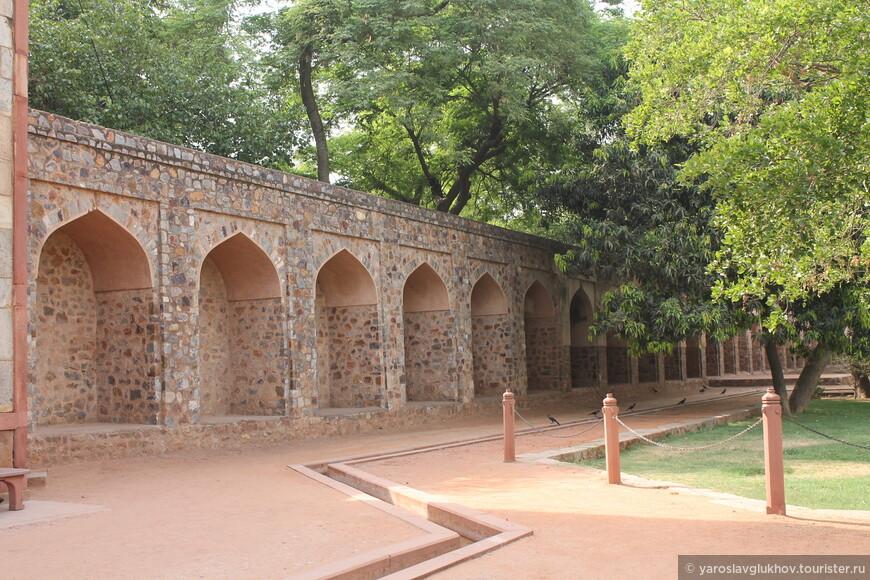 Стена вокруг территории мавзолея.