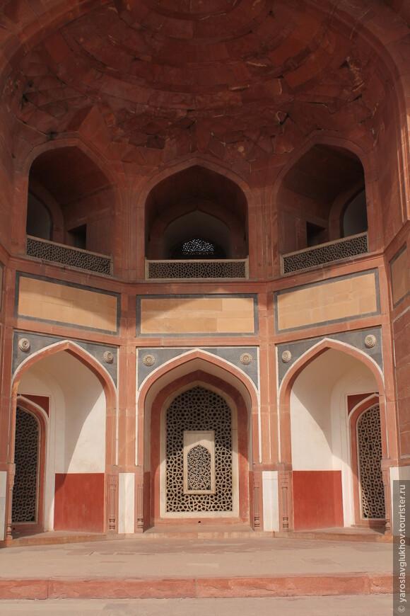 Двухэтажная арка мавзолея.