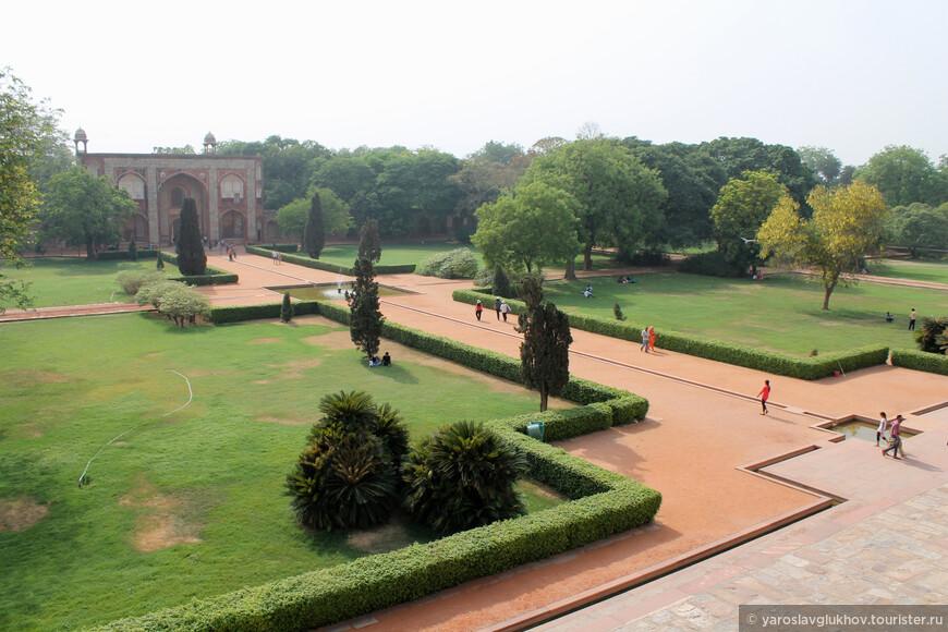 Вид на геометрически ровный парк от входа в мавзолей Хумаюна.