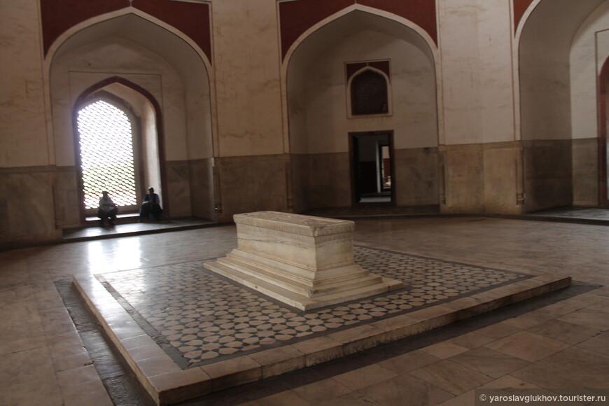 Копия гробницы Хумаюна (оригинал находится на -1 этаже).