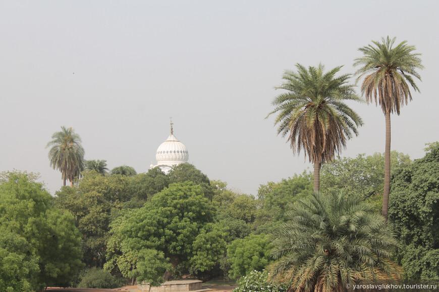 Также недалеко находится сикхская гурдвара (храм) Шри Дамдама Сахиб.