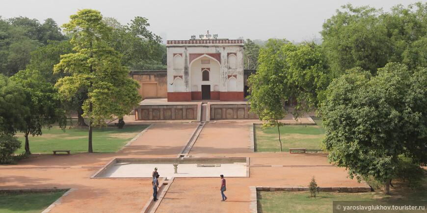 Весь комплекс мавзолея Хумаюна симметричный.