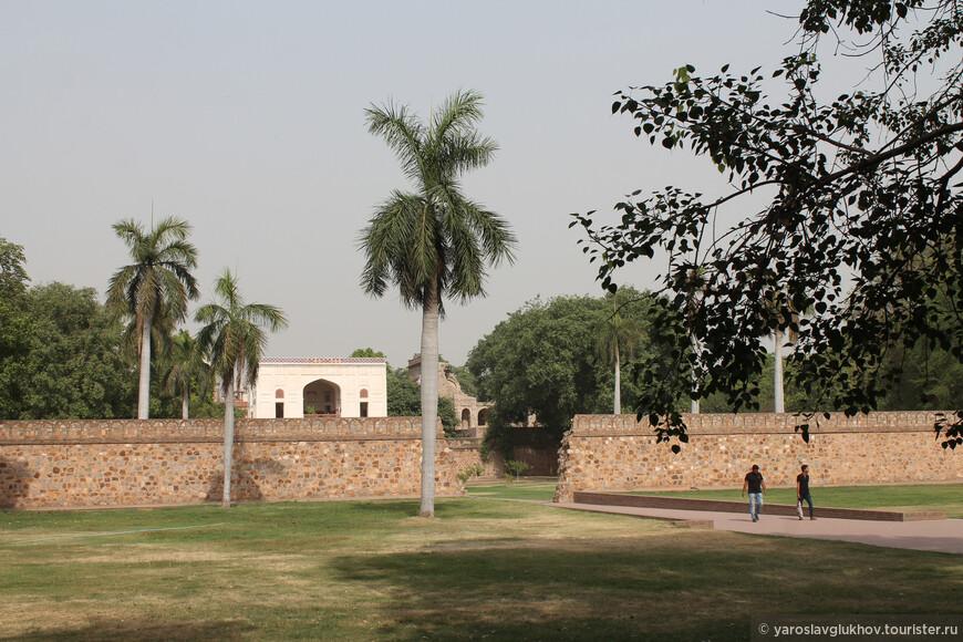 Чтобы дойти от улицы до мавзолея Хумаюна, надо преодолеть территории других мавзолеев.