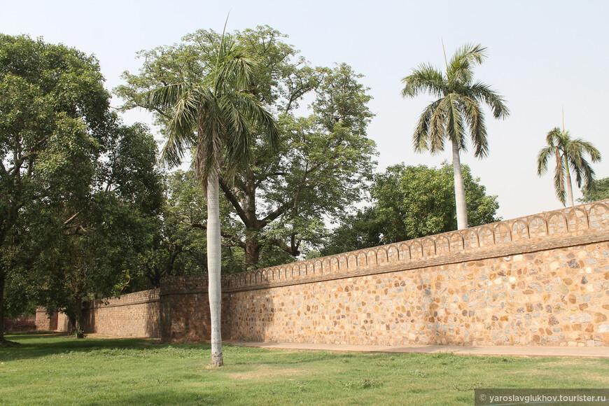 Древние стены и деревья расположены на территории всего комплекса мавзолеев.
