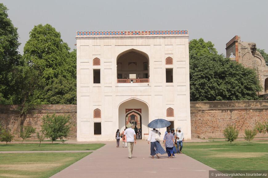 Через белые ворота мы проходим дальше, подходя всё ближе и ближе к мавзолею Хумаюна.