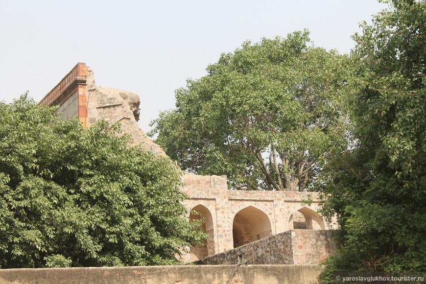 А вот так ворота Араб-Ки-Сарай выглядят сбоку.