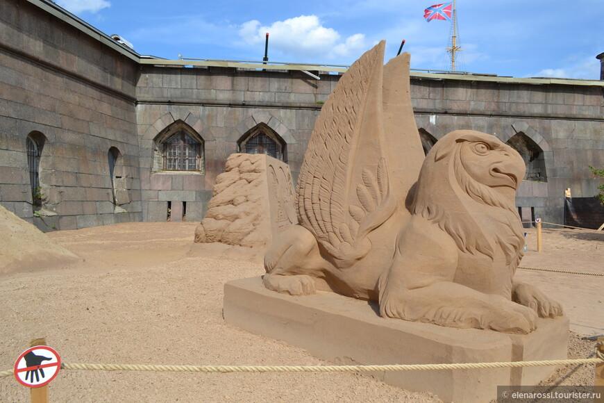 """Два Грифона, между которыми проходили посетители не внушали ощущения доброжелательности.  Но билеты уже куплены! Даже если в этом песочном царстве, вам, некоторые """"существа"""" и  не очень рады, все равно - все шли только вперед."""