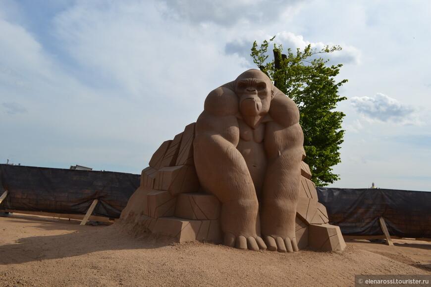 """Для создания песчаных скульптур на пляж было завезено 2,5 тысячи тонн песка. Конечно! Это чудо, из кинофильма, что бродило по городу и пугало народ, было огромным! Как же и здесь, на фестивале, нарушить масштаб - не будет """"правды жизни"""". Хотя... Разве это ЖИЗНЬ?"""