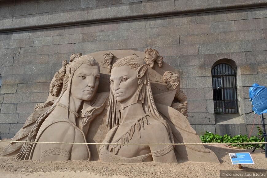 """Было интересно узнать о методике создания скульптур. В Интернете прочитала: """"Чтобы скульптуры простояли как можно дольше, не пострадав от ветра и дождя, песчаный материал проходит несколько стадий обработки: сначала песок укладывают в специальные деревянные кадки, поливают водой, дают возможность утрамбоваться, после чего песчаные кубы обдувают воздухонапорным автоматом. И только после этих долгих манипуляций мастера начинают с филигранной точностью вытачивать из глыб фигуры различной сложности"""". В Финляндии пользуются клеем, а у нас нет? Может быть поэтому скульптуры так подвержены разрушениям!"""