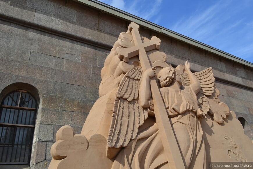 Поскольку открытие фестиваля было в конце мая, в преддверии Дня города, подарком Питеру должна была стать  3-х метровая фигура ангела со шпиля Петропавловского собора.