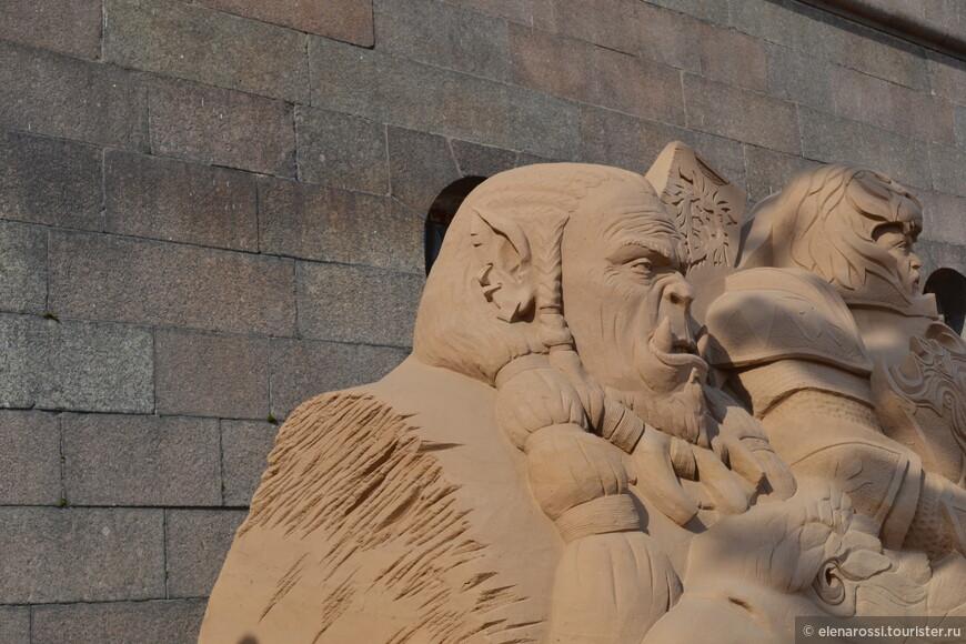 """А реклама все обещала и обещала: """"В 2016 году фестиваль  отличает тематическое разнообразие. Зрители смогут увидеть древних динозавров, любимых персонажей мультфильмов,  сцены из популярных кинофильмов, героев фэнтези и блокбастеров, египетских богов, фараонов и величественного сфинкса""""."""