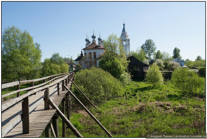 Очень живописный «Козий мостик» через речку Ворожку ведет к церкви Благовещения Пресвятой Богородицы.