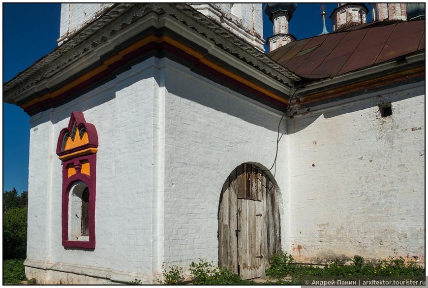 Очень неожиданные цвета увидели мы на фасаде церкови Благовещения Пресвятой Богородицы.