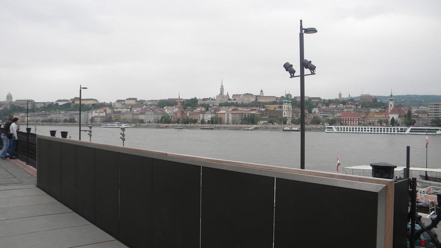 Набережная в Будапеште, около Парламента. Река Дунай