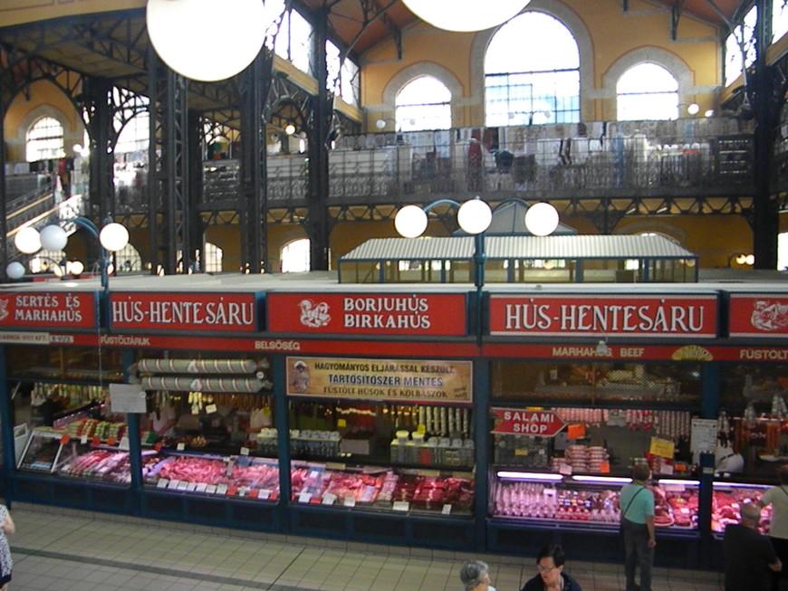Вид со второго этажа центрального рынка. Кстати, весь второй этаж буквально таки усыпан лавками с сувенирами, цены ориентированы на туриста, ценники в большинстве случаев в евро