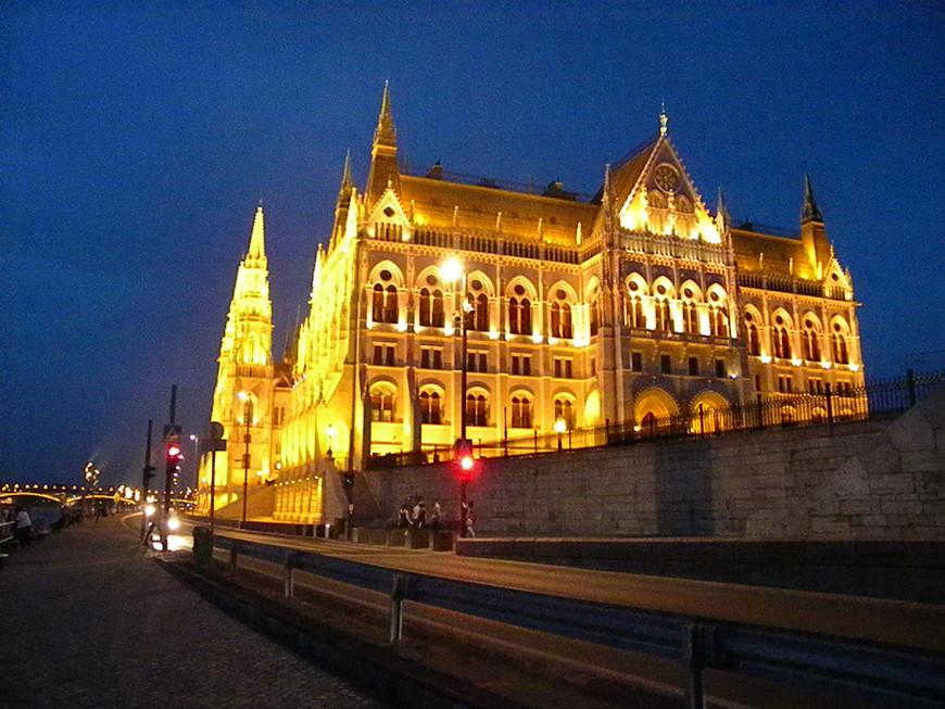 Парламент весь в свете вечерних огней