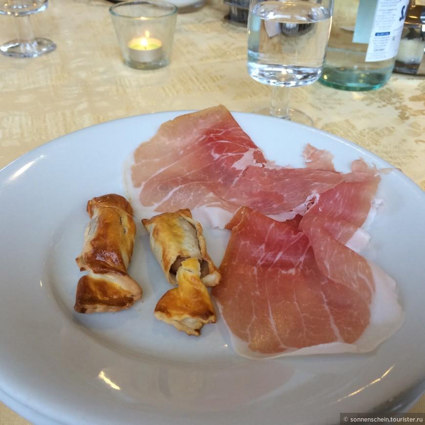 На первое обязательно подается закуска. Тосканская ветчина в вариациях, например, с мини-сосисками в тесте.