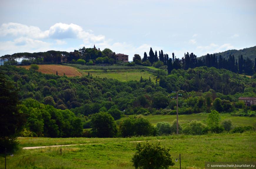 Типичный для Тосканы колониальный дом в каменной кладки,зародился в 15 веке. Одиноко выступающий на фоне общего пейзажа, дом строили из камня по типу средневековых господских строений.