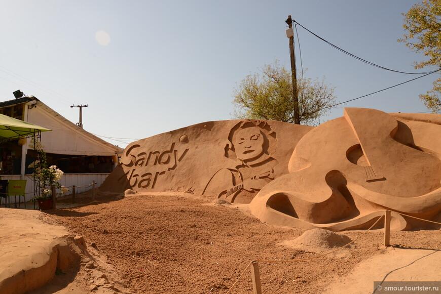 Однажды утром мы поехали смотреть выставку песчаных фигур.