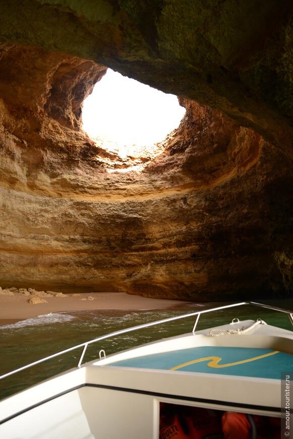Морские пещеры с окном сверху.