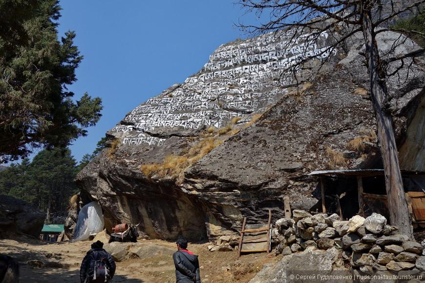 Камни с текстами бывают очень разных размеров.