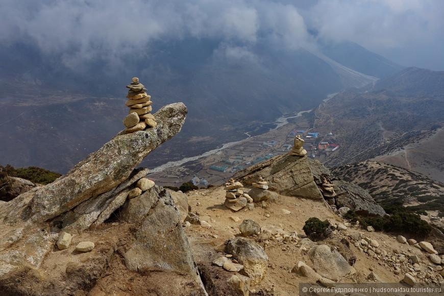 Каменные пирамиды венчают вершины и помогают найти путь. Ещё их называют каменными человечками.