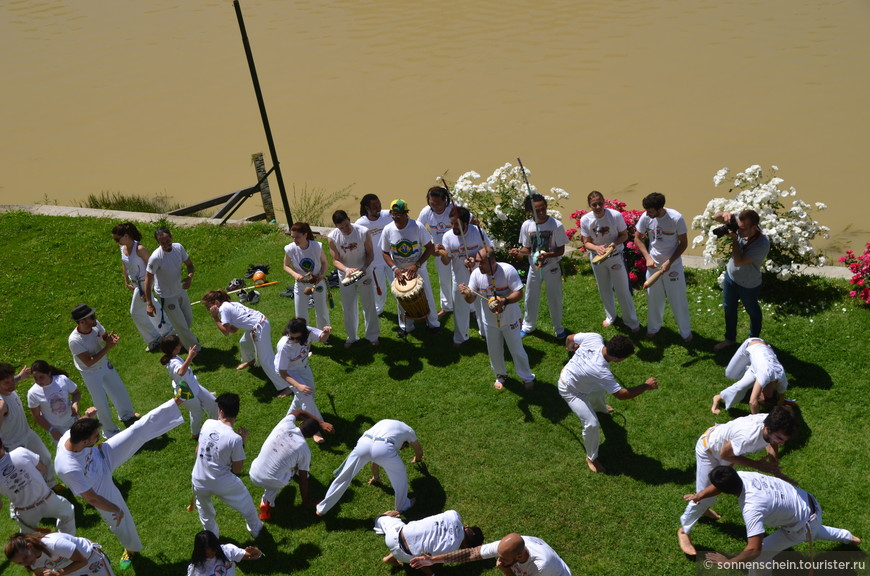 На берегах реки Арно выступали бразильские студенты. Демонстрировали капоэйру — бразильское акробатическое боевое искусство.