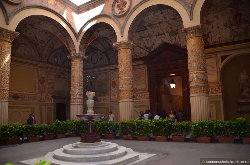 Три внутренних двора Палаццо настолько роскошны, что поневоле задаёшься вопросом: могут ли быть интерьеры ещё блистательнее! Резные колонны, высокий свод расписного потолка изящны и наполнены мельчайшими деталями.
