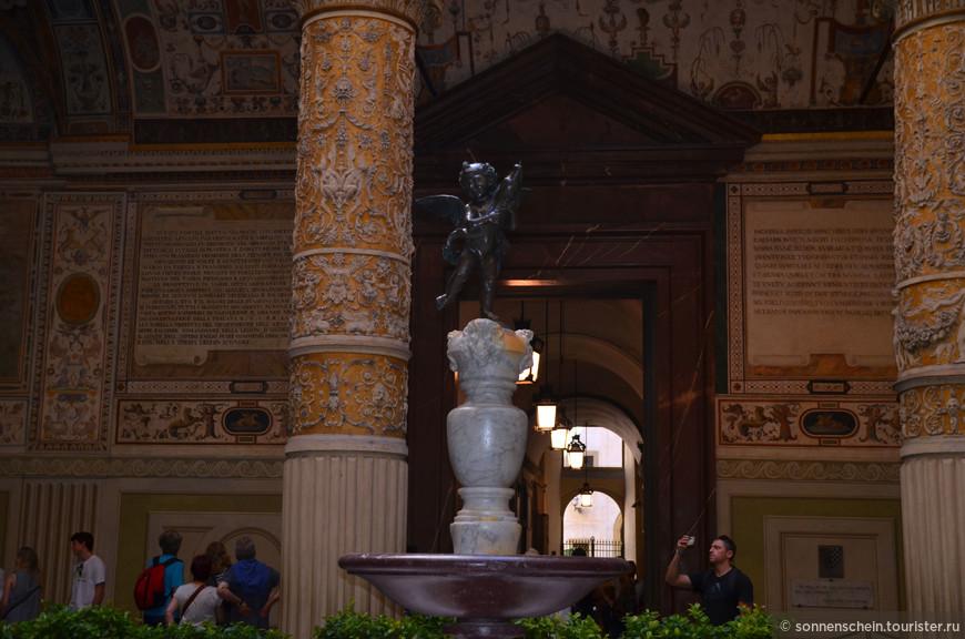В центре Первого дворика установлен небольшой фонтанчик, мерно журчащий водой в окружении карликовых апельсиновых деревьев. Фонтан украшен уменьшенной копией статуи Амур с дельфином, зодчего Андреа Верроккьо. Оригинальная скульптура выставлена в залах на втором этаже. За высокими стенами прячется уютный внутренний дворик, расписанный в XV веке Джорджо Вазари.