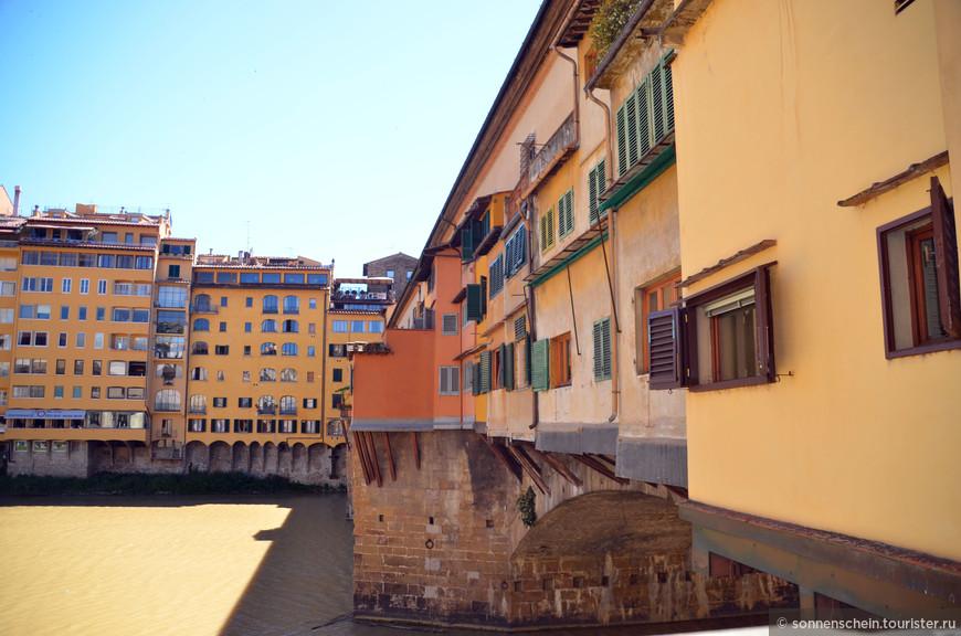 Восстановленный мост был возведен полностью из камня. Однако и он не смог сдержать буйства стихии. В 1333 году сильное наводнение оставило на месте лишь пару центральных свай. В середине 15 века было принято решение освободить улицы Флоренции от зловония, возникающего в результате торговли мясом. В результате все мясные лавочки переместились на Старый мост, и превратили его в средневековый мясной супермаркет. Однако мясников в городе оказалось намного больше, чем позволяла разместить длина моста. И тогда началась пристройка дополнительных лавок, которые выпирали с обоих боков моста, зависнув над водой.