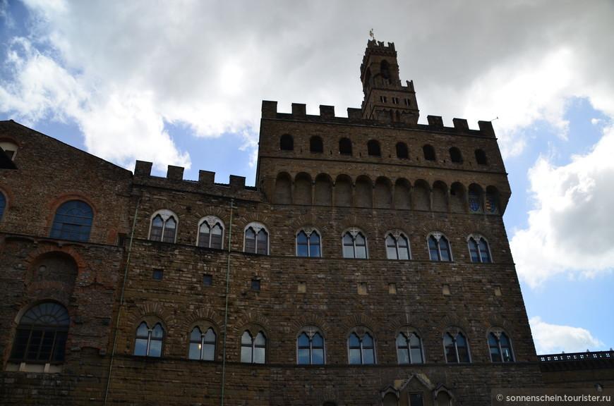 Старинный дворец, именуемый Палаццо Веккьо, подарил жителям Флоренции один из наиболее плодовитых итальянских архитекторов 13 столетия Арнольфо ди Камбио. Здание исполнено в виде средневекового романского форта. Особый акцент придает часовая башня, возвышающаяся над основной постройкой.