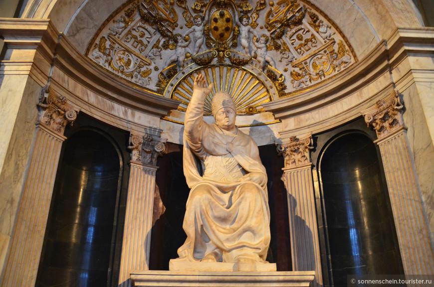 Кстати, с итальянского Signoria (синьория) переводится как «власть», что полностью отражает назначение ратуши. В середине 16 века, в стенах дворца обосновался герцог Тосканский Козимо I. С этого момента за ратушей закрепилось имя Дворец герцога . В 1565 году, великий герцог облюбовал для себя другую резиденцию, а многострадальное здание обрело свое современное имя – Палаццо Веккьо или же Старый дворец.