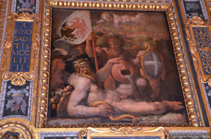 Во времена правления великого герцога Тосканского Козимо I, мастер Вазари украсил стены зала фресками, живописно изображающими батальные сцены. Во время переоборудования зала под судейскую палату герцога, были намеренно уничтожены фрески великих итальянцев да Винчи и Микеланджело. Тем не менее, самый значительный шедевр Микеланджело – скульптурный ансамбль Гений, попирающий грубую силу (1533-1534 гг.), успешно сохранился до наших дней.