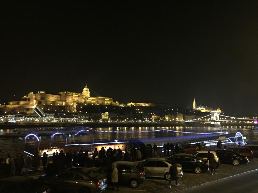 Все в предвкушении праздничного новогоднего салюта. Ночная набережная Дуная.