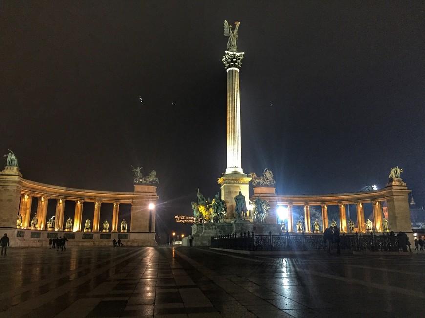 Еще одна из главных достопримечательностей города-Площадь Героев